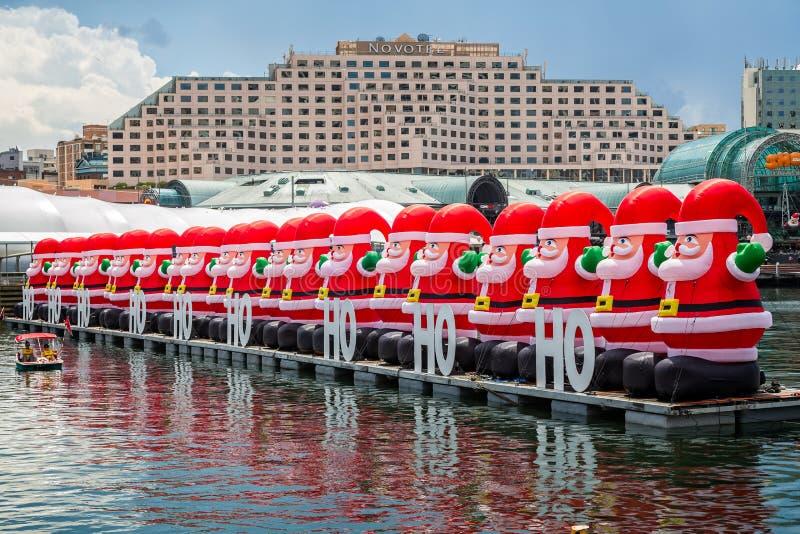 Fileira de Santa infláveis gigantescas imagens de stock royalty free