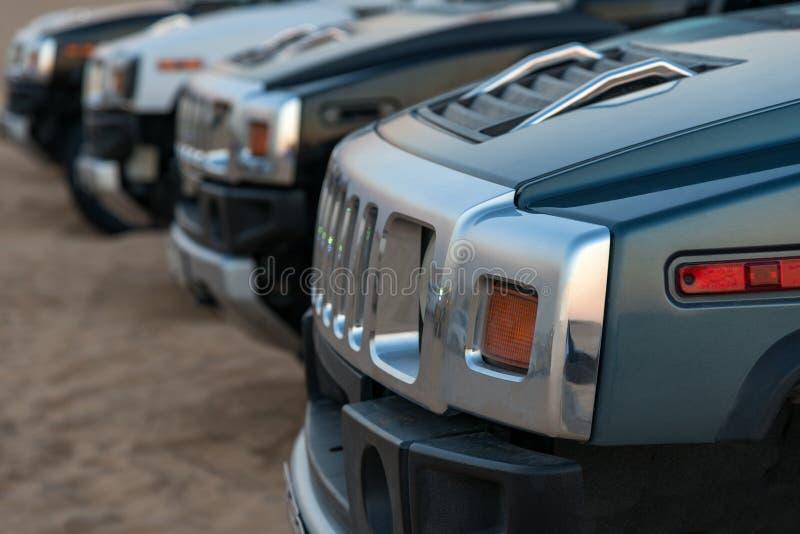 Fileira de SUV no deserto imagem de stock