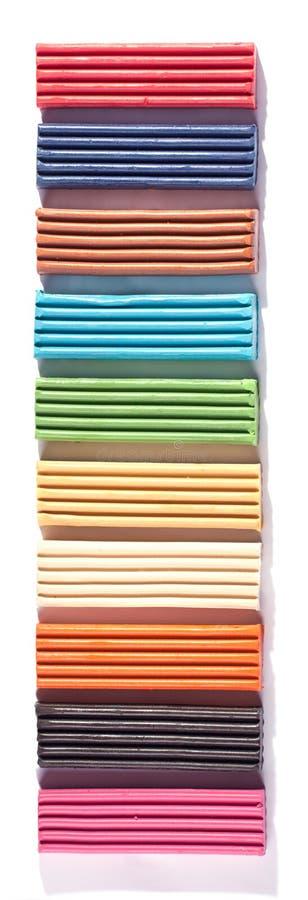 Fileira de tijolos de modelagem coloridos da argila fotografia de stock