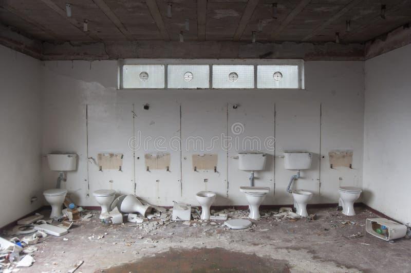 Fileira de toaletes despedaçados foto de stock royalty free