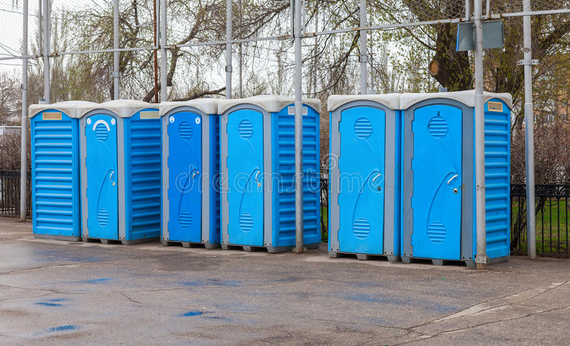 Fileira de toaletes portáteis fotografia de stock royalty free