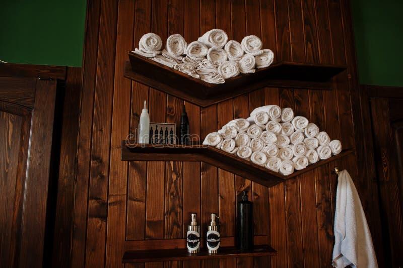 Fileira de toalhas brancas torcidas no barbeiro fotografia de stock