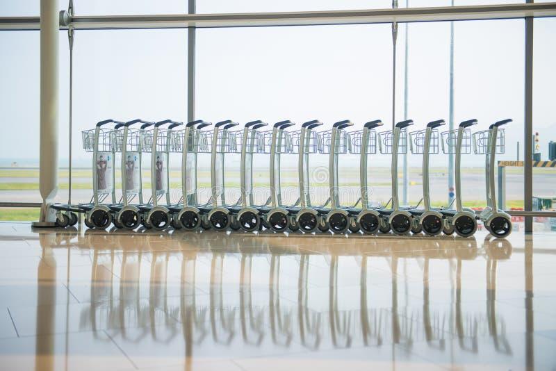 Fileira de troles da bagagem no aeroporto fotos de stock