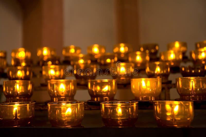 Fileira de velas ardentes foto de stock royalty free