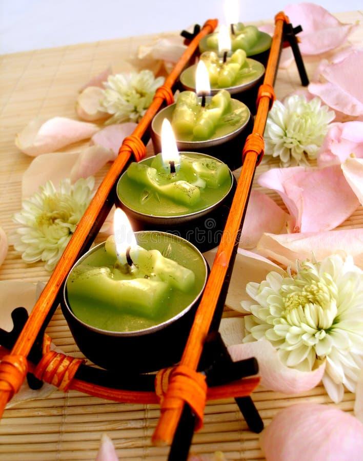 Fileira de velas verdes imagens de stock