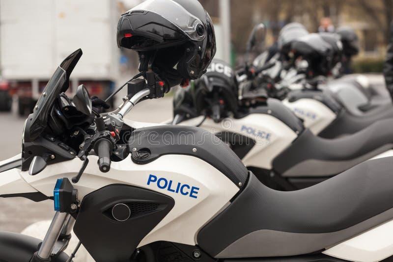 Fileira de velomotor novos da polícia na rua imagens de stock