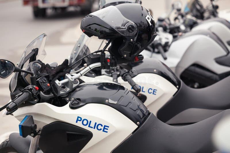 Fileira de velomotor novos da polícia na rua fotografia de stock