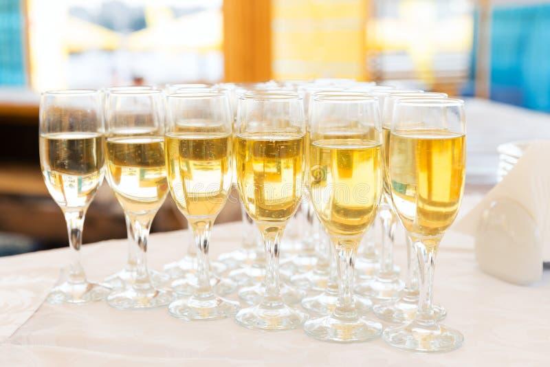 Fileira de vidros do champanhe do partido fotografia de stock royalty free
