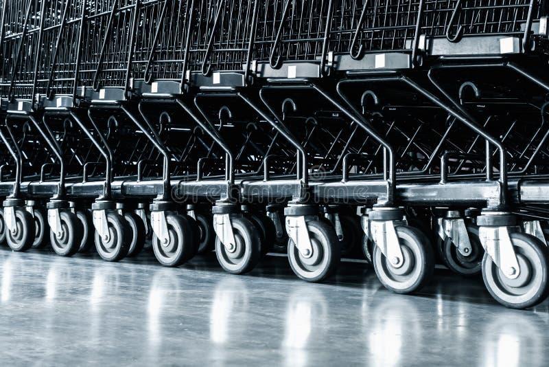 Fileira do carrinho de compras e da área que seguram na loja do supermercado, rolo do trole na loja do departamento Serviços de c fotografia de stock royalty free