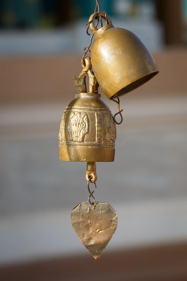 Fileira do close up de sinos dourados no templo budista em Tailândia budd imagens de stock royalty free