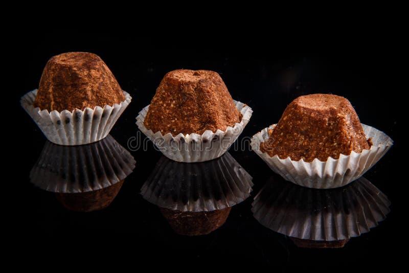 Fileira do close up de três doces de chocolate feitos a mão orgânicos úteis saudáveis imagens de stock royalty free