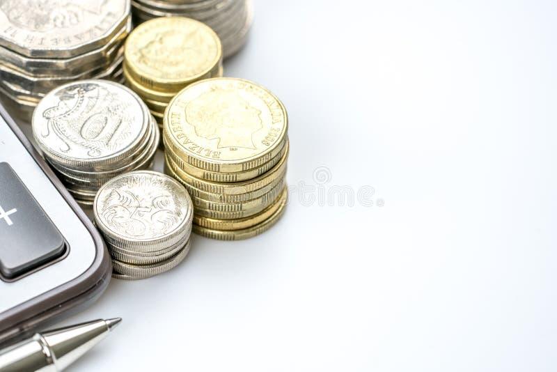 Fileira do conceito australiano da finança da moeda das moedas no backgr branco fotografia de stock
