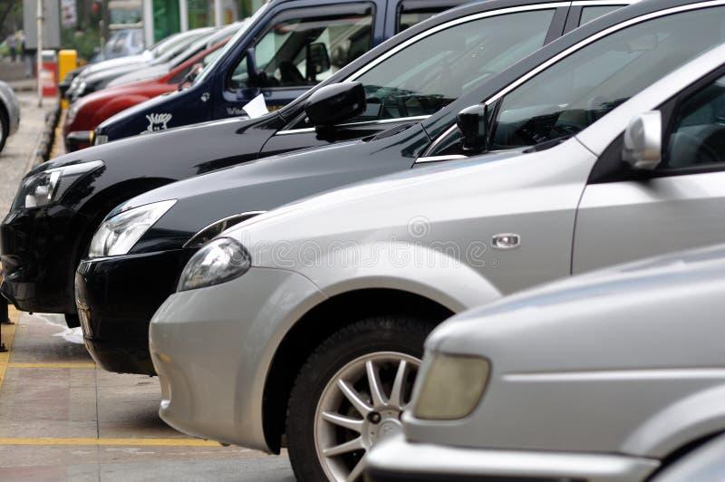 Fileira do estacionamento dos carros imagens de stock royalty free