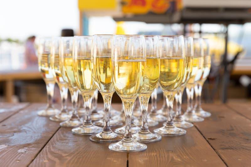 Fileira do partido de vidros do champanhe na tabela fotos de stock royalty free