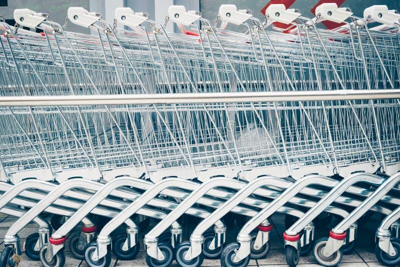 Fileira do supermercado Trolleys imagem de stock
