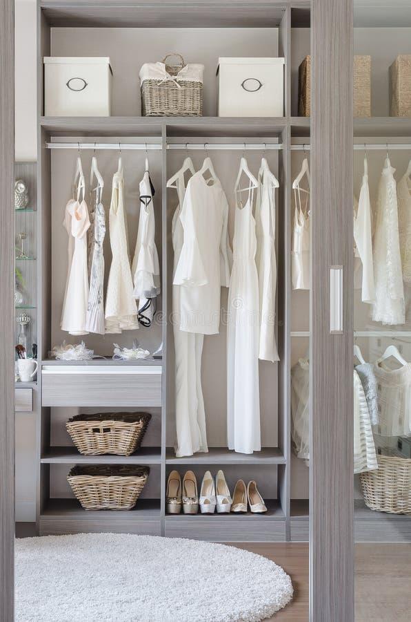 Fileira do vestido preto e branco com as sapatas no vestuário imagens de stock