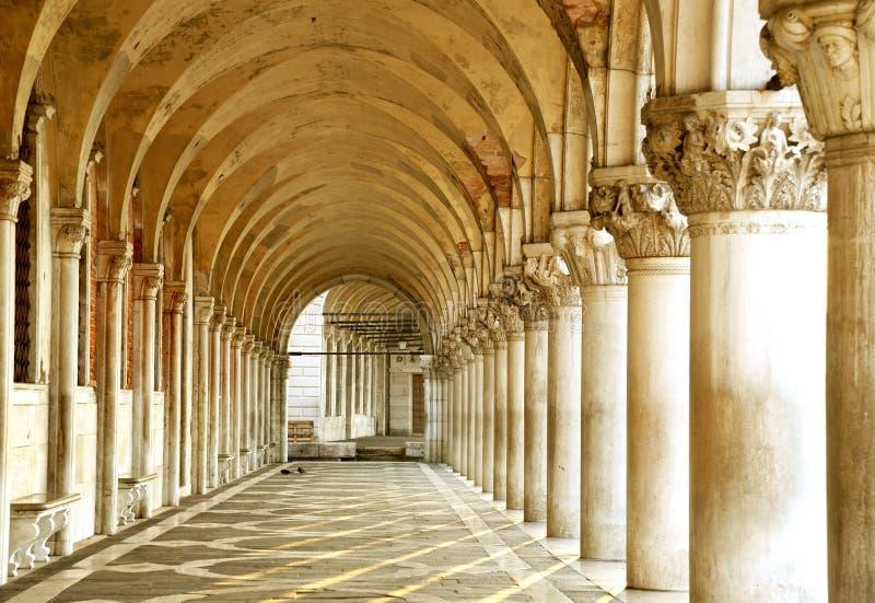 Fileira dos arcos debaixo do palácio do doge na praça San Marco em Veneza O lugar do famouse em Veneza fotos de stock