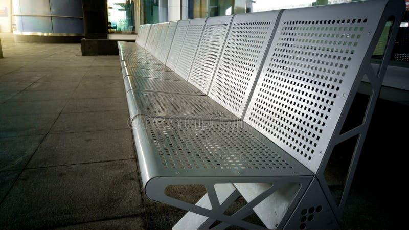 Fileira dos assentos na estação de transporte imagens de stock royalty free