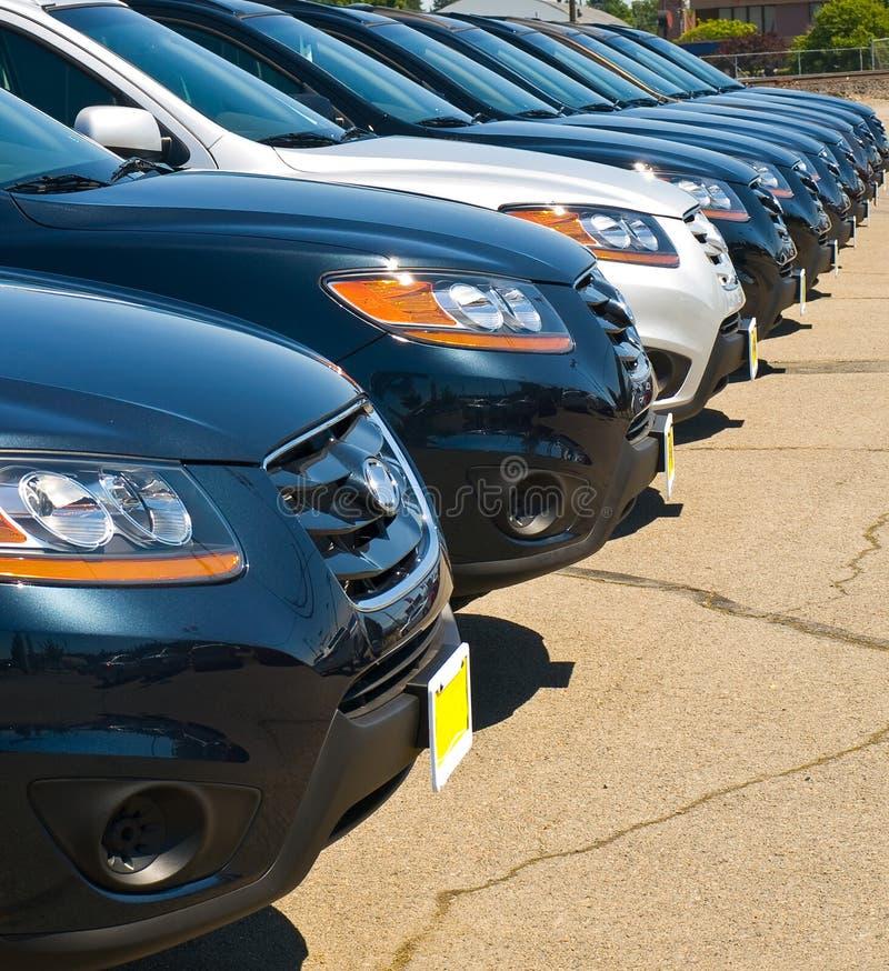 Fileira dos automóveis em um lote do carro foto de stock royalty free