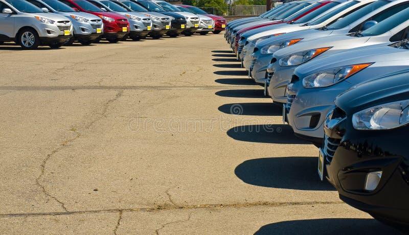 Fileira dos automóveis em um lote do carro fotografia de stock