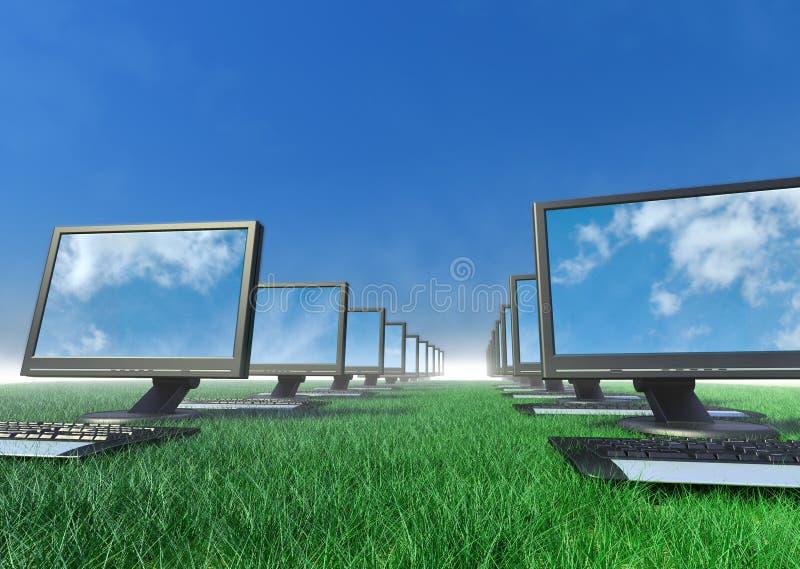 Fileira dos computadores em um campo da grama.