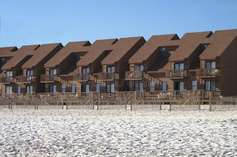 Fileira dos condomínios na praia fotos de stock