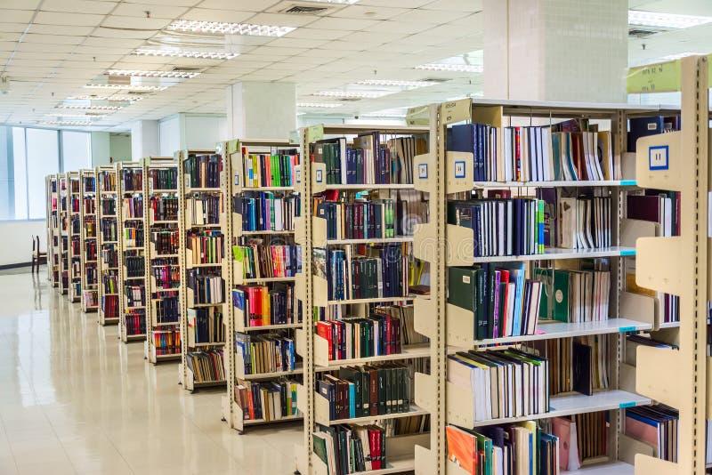 Fileira dos livros de texto na grande estante em Chul imagem de stock royalty free