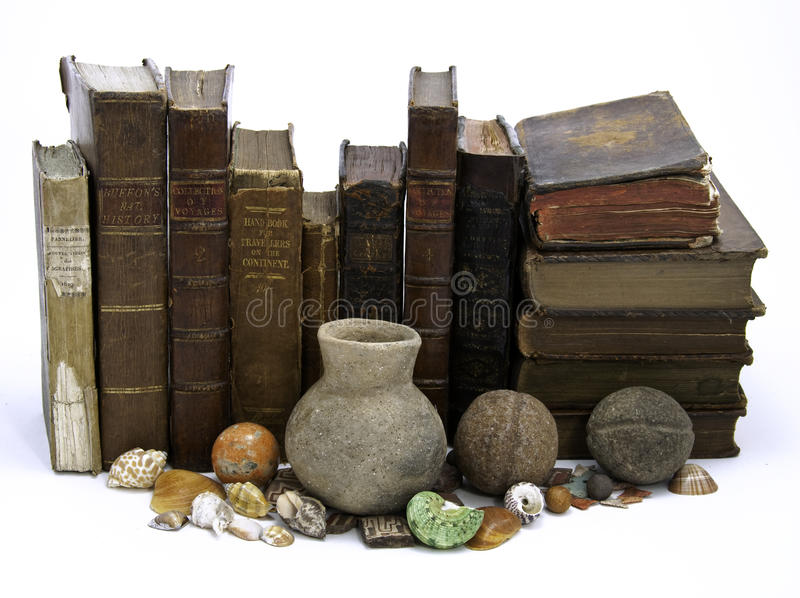 Fileira dos livros e dos produtos manufacturados fotografia de stock