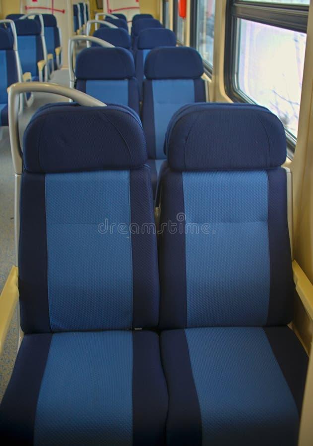 Fileira dos lugares vazios no vagão do trem fotos de stock