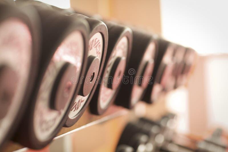 Fileira dos pesos no Gym foto de stock