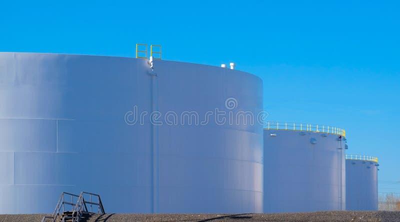 Fileira dos tanques da refinaria de petróleo em uma refinaria imagens de stock royalty free