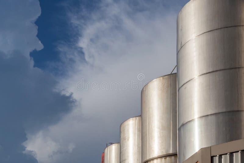 Fileira dos tanques de óleo enormes da gasolina na indústria da refinaria com bonito fotografia de stock