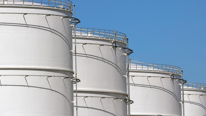 Fileira dos tanques de armazenamento do petróleo foto de stock royalty free