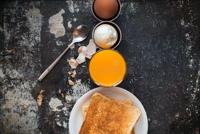 A fileira Eggs Juice Toasts Shabby Breakfast Concept fotos de stock royalty free