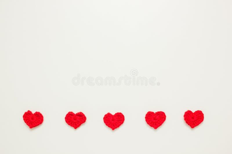 Fileira horizontal de corações feitos malha vermelho fotografia de stock royalty free