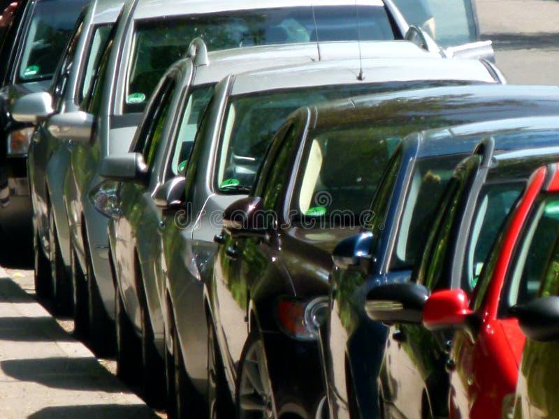 Fileira longa de carros de estacionamento em teleperspective fotografia de stock