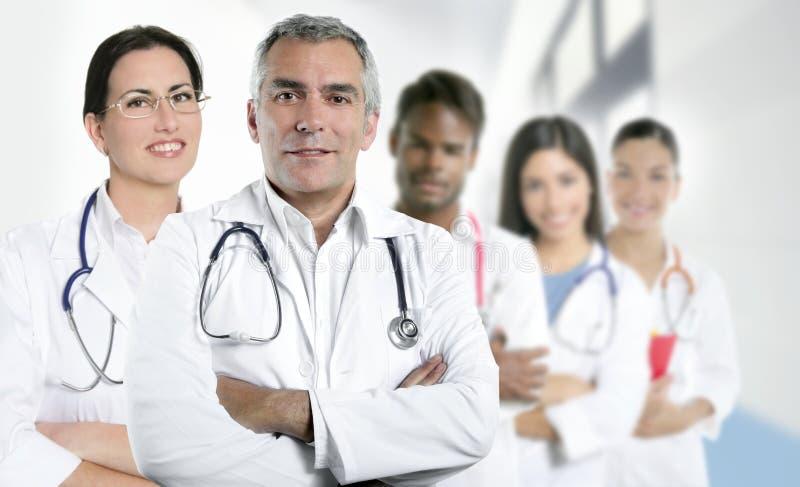 Fileira multiracial da equipe da enfermeira do doutor da perícia fotos de stock
