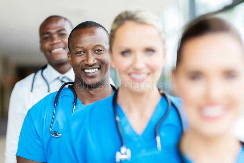 fileira multirracial dos trabalhadores dos cuidados médicos fotos de stock