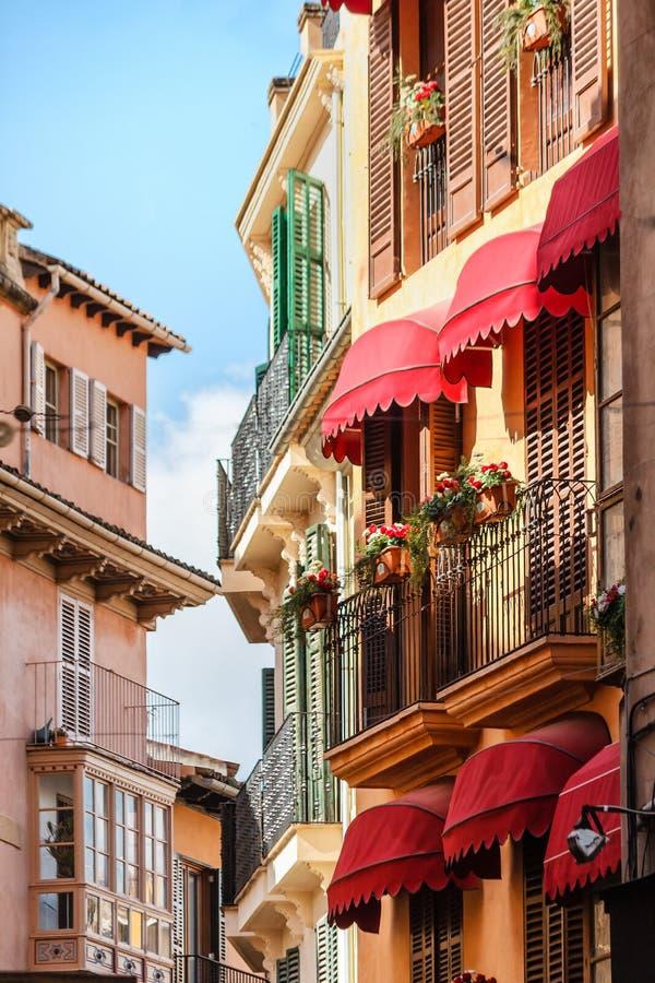 Fileira pitoresca das casas com os balcões espanhóis típicos perto do mercado em Palma de Mallorca, Espanha imagem de stock royalty free