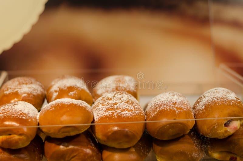 Fileira suportada do bolo do fermento com açúcar pulverizado fotos de stock royalty free