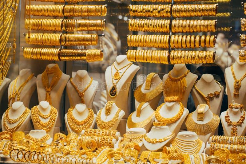 Fileiras da joia do ouro como um contexto em uma ourivesaria no bazar grande foto de stock