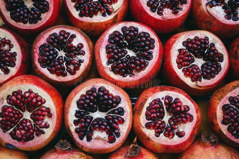 Fileiras da romã cortada madura suculenta vermelha no mercado fotos de stock royalty free