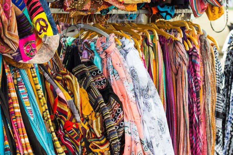 Fileiras da suspensão de seda colorida dos lenços fotos de stock royalty free