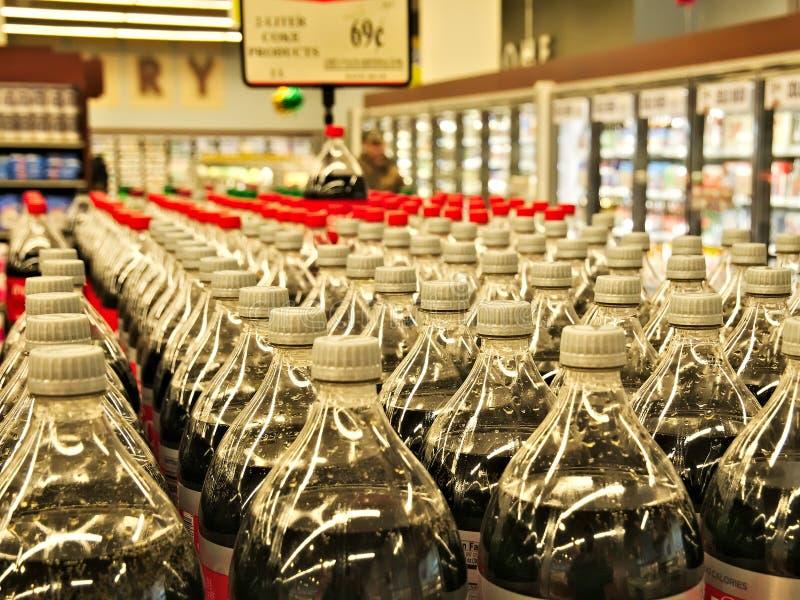 Fileiras das bebidas engarrafadas empilhadas em prateleiras fotografia de stock royalty free