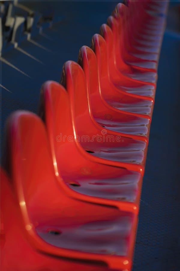 Fileiras das cadeiras plásticas vazias, assentos no estádio foto de stock