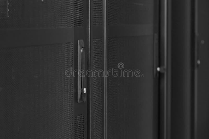 Fileiras das cremalheiras com rede e hardware imagens de stock royalty free