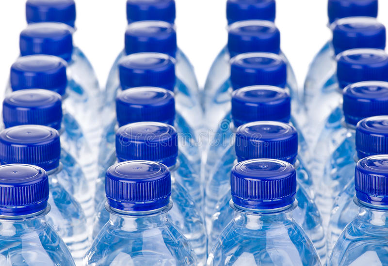 Fileiras das garrafas de água fotografia de stock