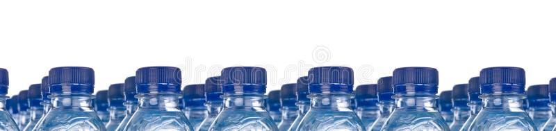Fileiras das garrafas de água imagens de stock royalty free