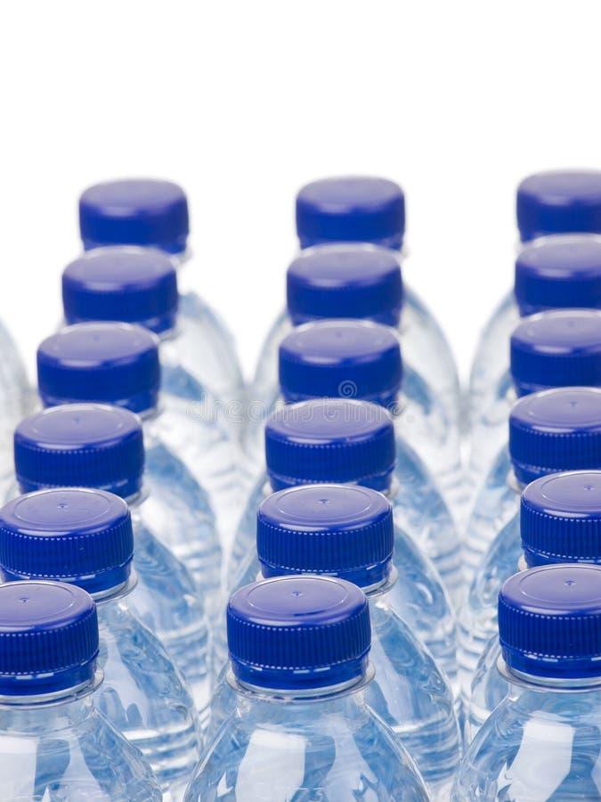 Fileiras das garrafas de água foto de stock