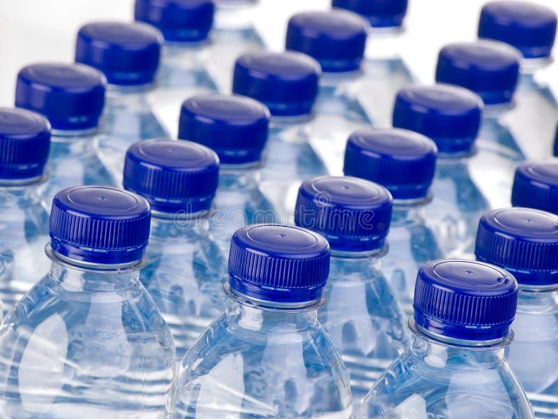 Fileiras das garrafas de água imagem de stock royalty free